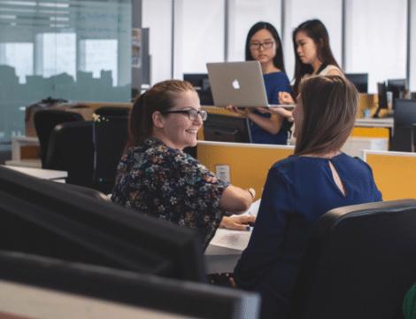 personnes qui discutent dans espace de travail